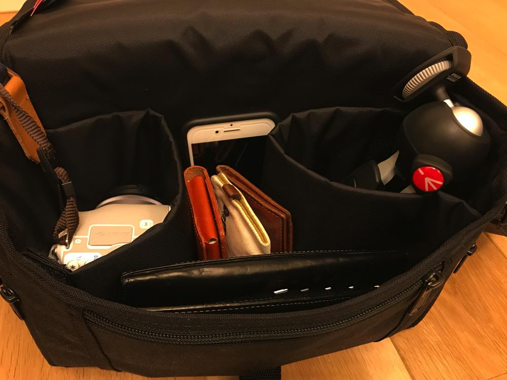 標準ズームレンズが付いてるEos Kiss Mとマンフロットのミニ三脚や財布が入るマンハッタンポーテージのカメラバッグ