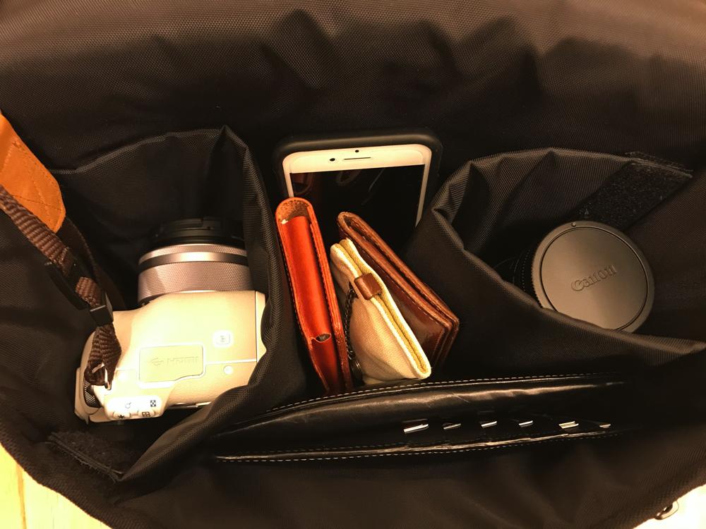 万ハッタンポーテージ のカメラバッグはレンズ付きのEos Kiss Mとレンズ、財布などが楽に入る