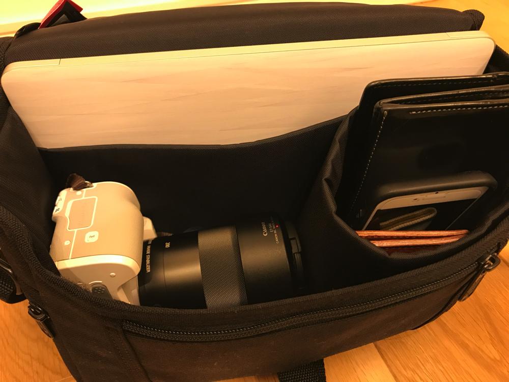 高倍率ズームレンズを付けたEos Kiss MとMac Book 12インチと財布が入るマンハッタンポーテージのカメラバッグ