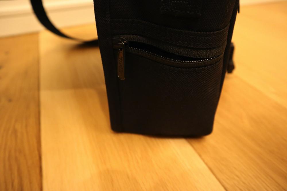 マンハッタンポーテージのカメラバッグ側面にはすっごく小さいポケットが付いてる