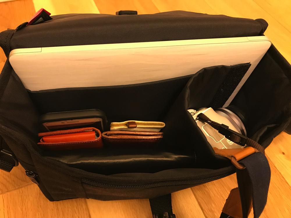 マンハッタンポーテージのカメラバッグにはEos Kiss MとMac Book 12インチ、財布まで入ります