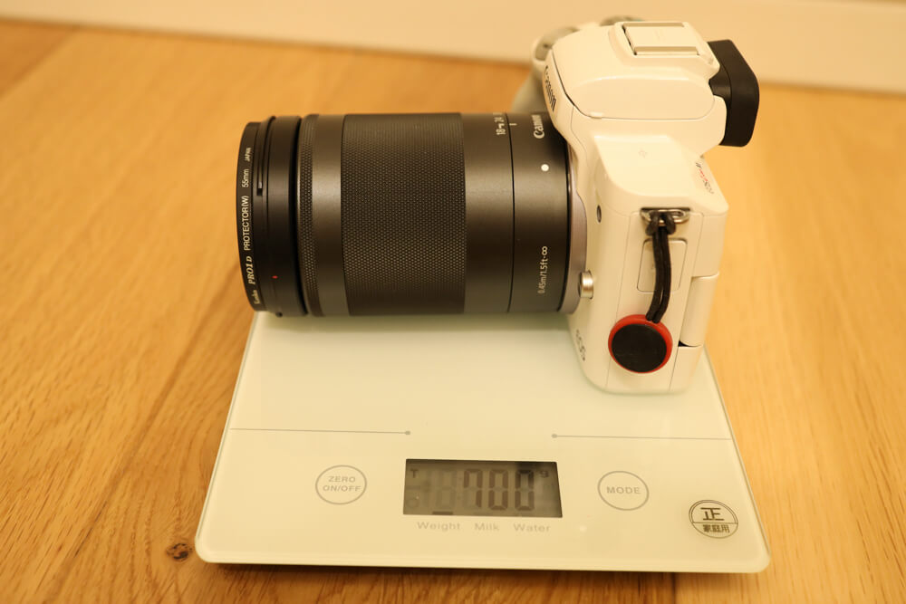 efmレンズとしては重いef-m18-150mmを装着したeos kiss mの重量(700g)を表した写真