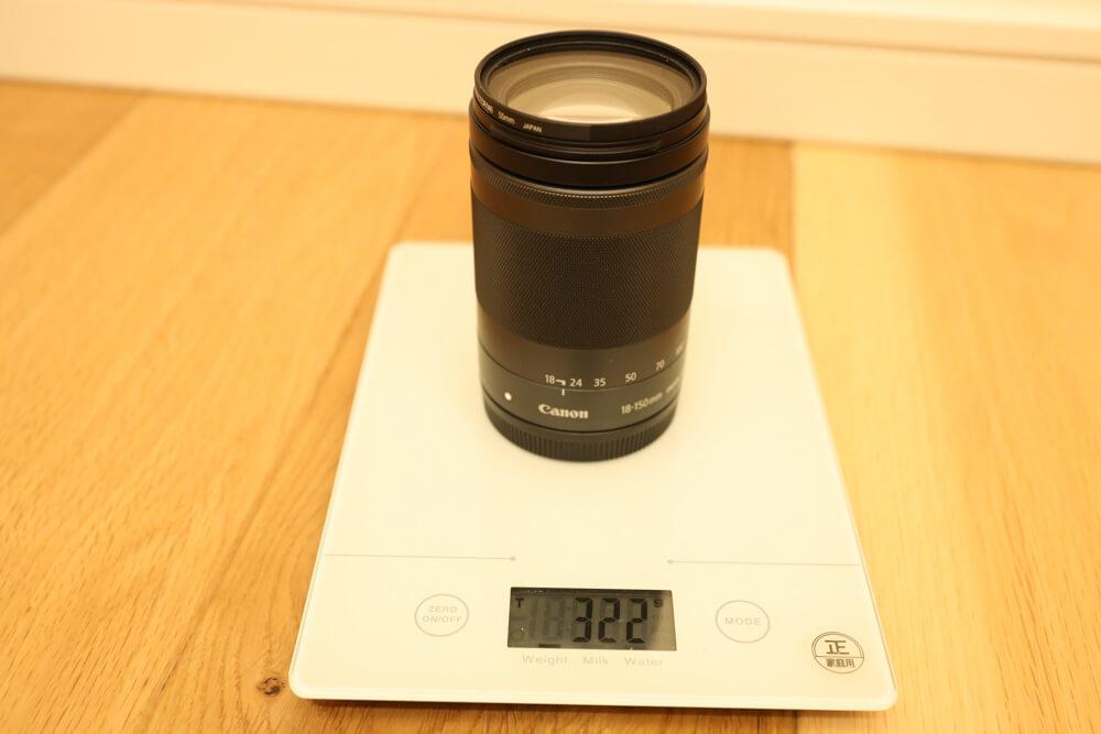 efmレンズとしては重いef-m18-150mmの重量(322g)を表した写真